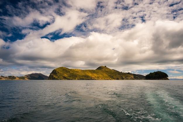 Offshore-ansicht der insel der sonne, titicaca-see, bolivien