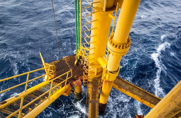 Offshore-bohrer gelb und gasproduktion erdölpipeline wellen meer.