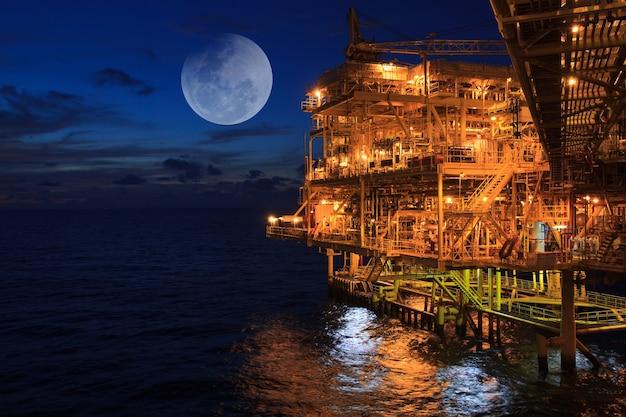 Offshore der sonnenuntergang industrie öl- und gasproduktion erdölpipeline hintergrund super blauer blutmond
