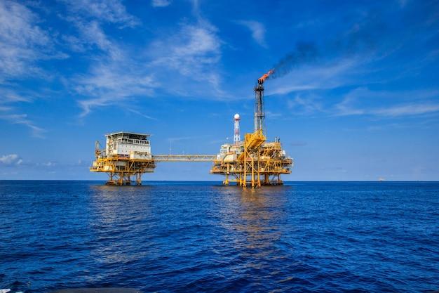 Offshore-öl- und gasförderung und exploration. öl- und gasproduktionsanlage und hauptbauplattform im meer. energiegeschäft