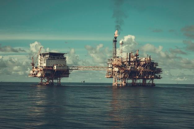 Offshore-plattform industrie im meer ist eine erdöl-pipeline zur erdöl- und erdgasförderung.