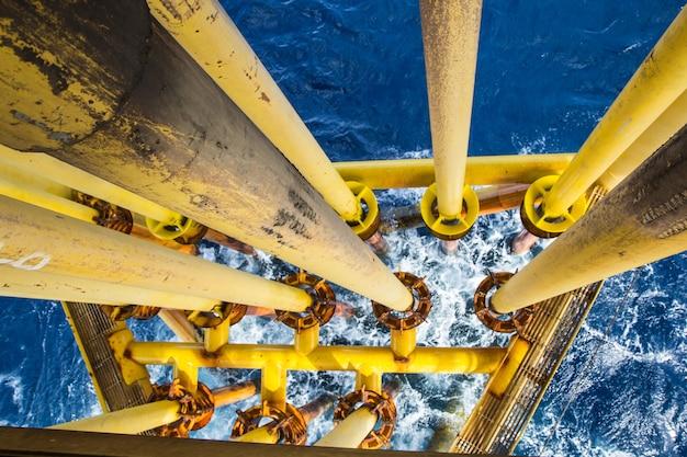 Offshore-rohrbohrer gelb und gasproduktion erdölpipeline wellen meer.