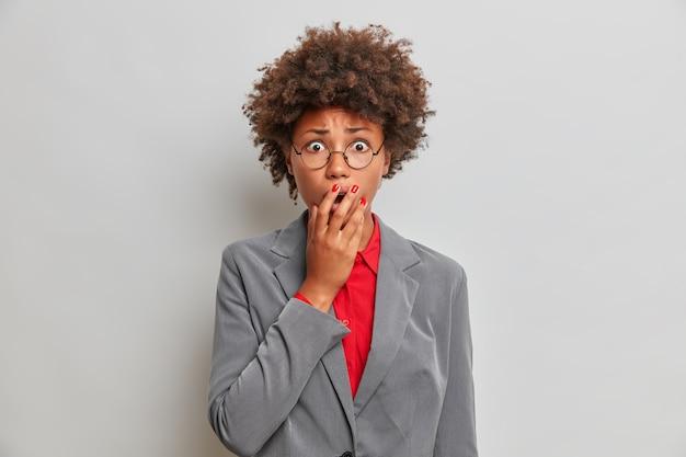 Oh nein, was für ein fehler! in panik geratene besorgte unerfahrene unternehmerin in eleganter kleidung, weiß nicht, wie man ein eigenes geschäft führt, angst vor kommenden schwierigkeiten