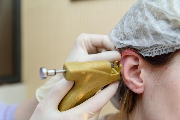 Ohren durchbohren das mädchen