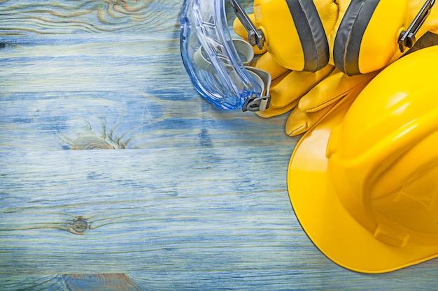 Ohrenschützer schutzhandschuhe schutzhelmbrille auf holzbrett nachteile