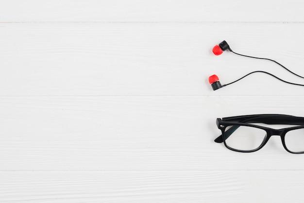 Ohrhörer und brille