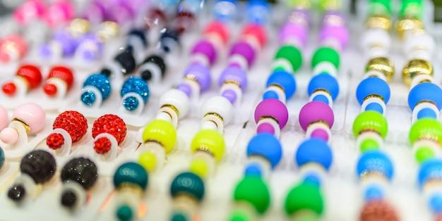 Ohrringe in verschiedenen farben und für jeden geschmack.