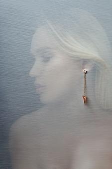 Ohrringe und schmuck in der sexy frau des ohrs werbung