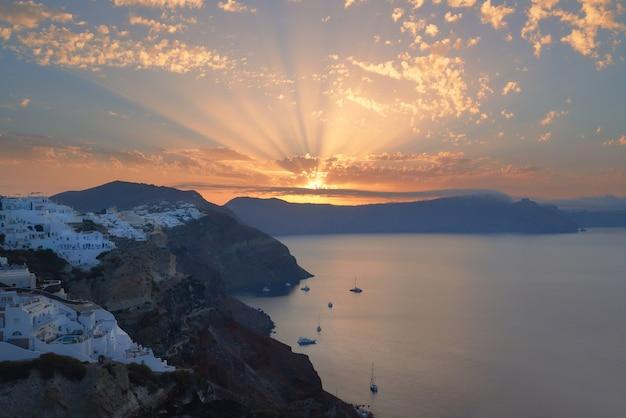 Oia-dorf, sonnenaufgang über berühmter vulkanischer caldera auf santorin-insel, griechenland