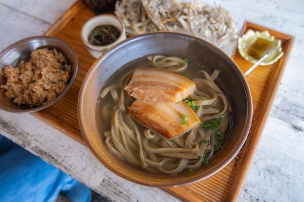 Okinawa soba-nudeln mit weicher knochenbrühe aus schweinefleisch.