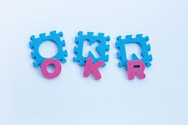 Okr-alphabete auf weiß.