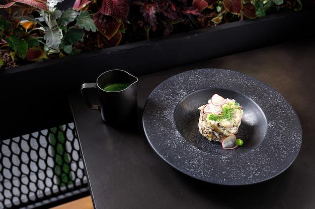 Okroshka mit kalbfleisch in schwarzer farbe