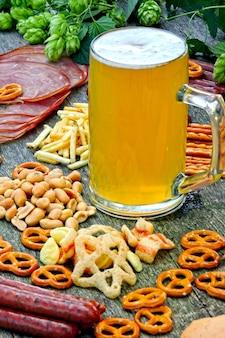 Oktober fest. glas bier und biersnacks.