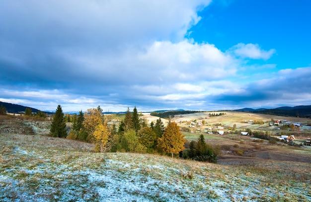 Oktober karpaten-bergplateau mit erstem winterschnee und buntem herbstlaub