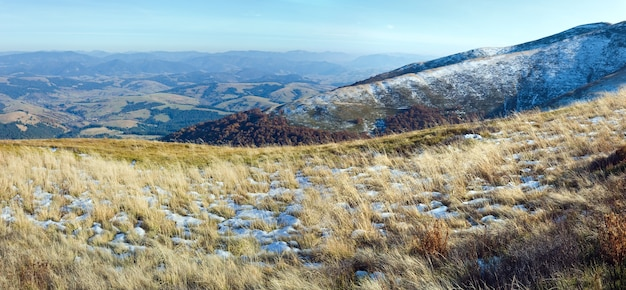 Oktober karpatenberg borghava plateau mit erstem winterschnee