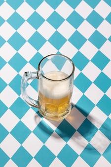 Oktoberfest-arrangement mit leckerem glas bier