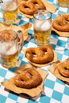Oktoberfest-arrangement mit leckerer brezel