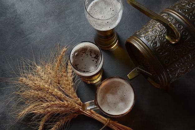 Oktoberfest bierfass und biergläser mit weizen