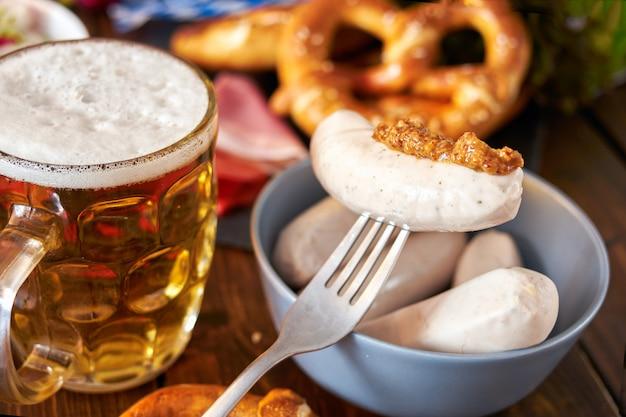 Oktoberfest essen auf holztisch