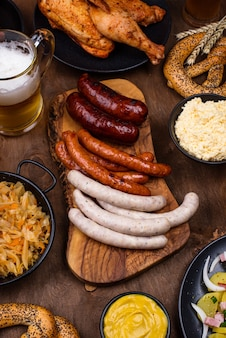 Oktoberfest-gerichte mit bierbrezel und bratwurst