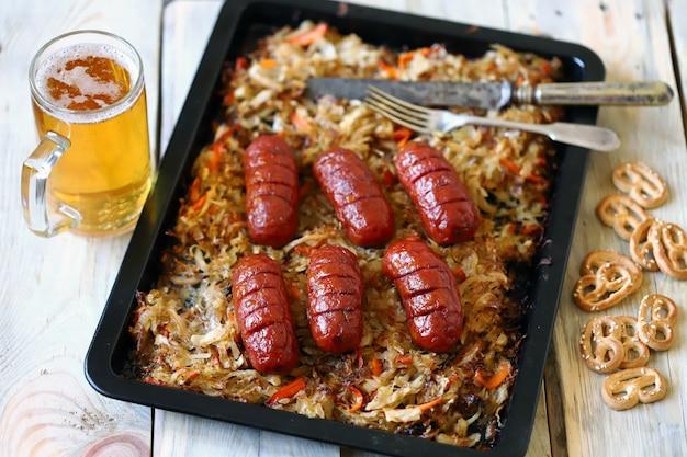 Oktoberfest menü. gebackenes sauerkraut mit würstchen.
