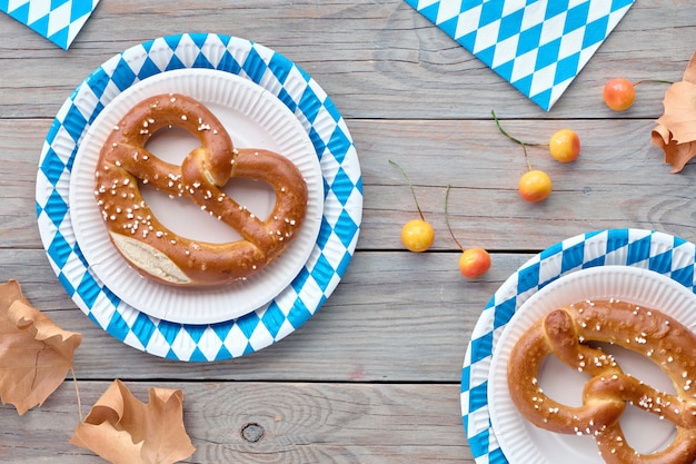 Oktoberfest rustikal mit brezeln in papptellern