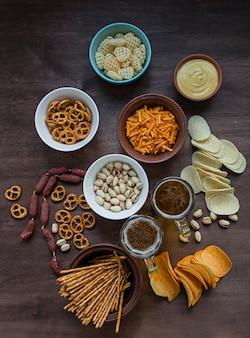 Oktoberfestbier mit brezeln und verschiedenen herzhaften snacks.