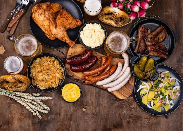 Oktoberfestgerichte mit bierbrezel und wurst