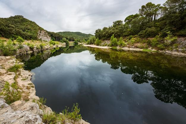 Okzitanien landschaft ruhiges wasser des flusses gardon