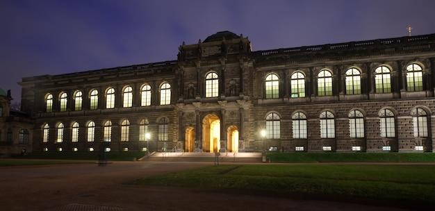 Old masters bildergalerie in dresden in der nacht