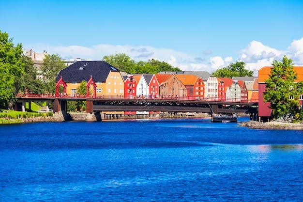 Old town bridge oder gamle bybro oder bybroa ist eine brücke, die den fluss nidelva in trondheim, norwegen, überquert