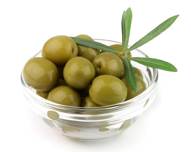 Olive auf teller mit zweigen auf weiß