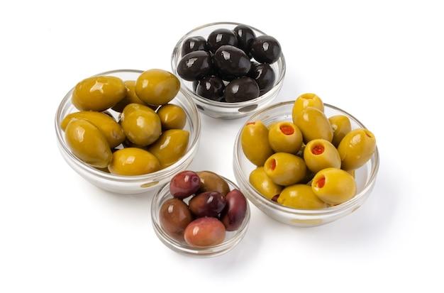 Olive in schüssel isoliert auf weiss mit beschneidungspfad