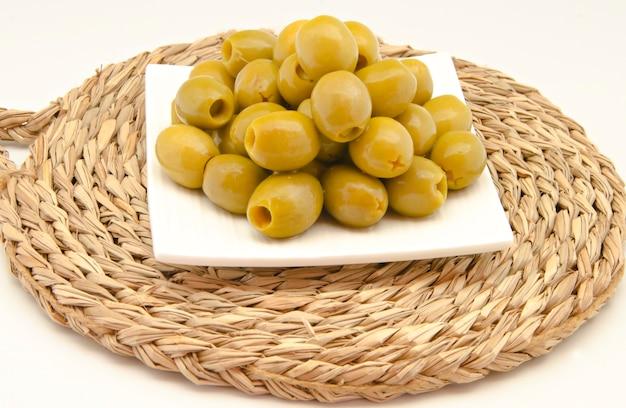 Oliven auf einem teller