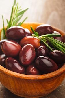 Oliven calamata in holzschale auf dem tisch