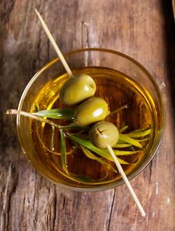 Oliven in einem teller mit olivenöl