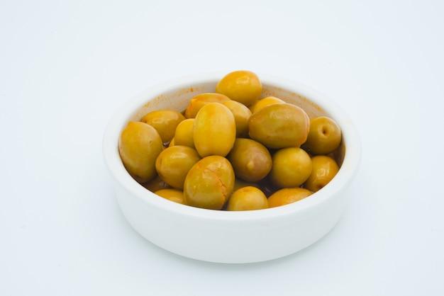 Oliven in einer schüssel getrennt auf weiß