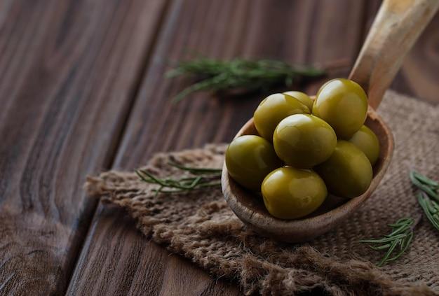 Oliven in holzlöffel