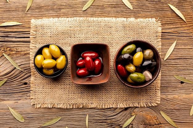 Oliven in schalen auf textilmaterial