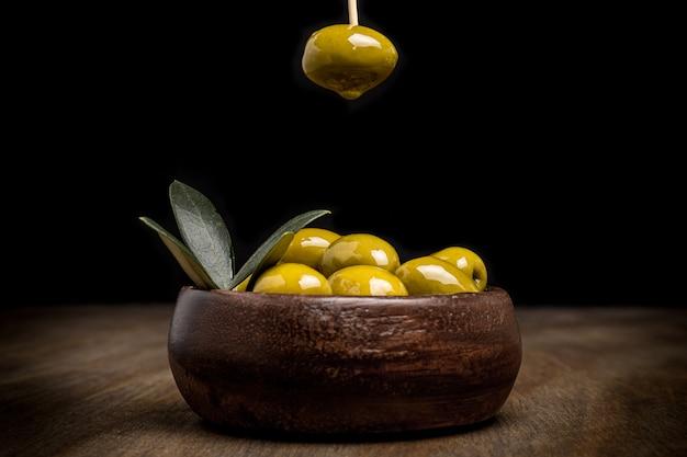 Oliven mit schwarzem hintergrund