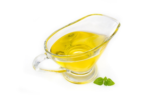 Oliven- oder sonnenblumenöl in einem glastopf, isoliert auf weißem hintergrund.
