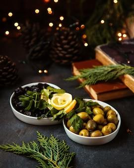 Olivengurken und getrocknete beeren
