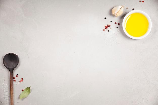 Olivenöl, balsamico-essig, pfeffer und kräuter