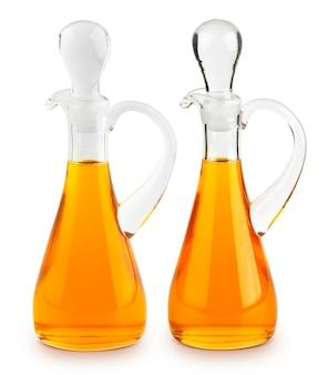Olivenöl in der glasflasche lokalisiert auf weißem hintergrund mit beschneidungspfad