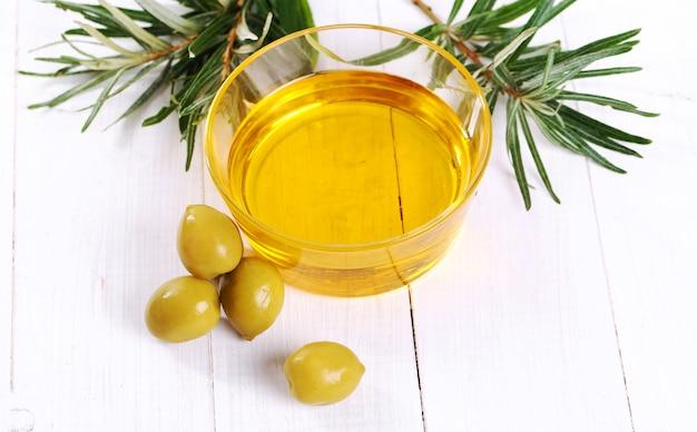 Olivenöl in der schüssel