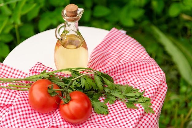 Olivenöl in einem glaskrug in der natur.