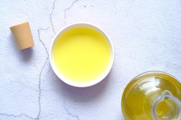 Olivenöl in einem kleinen behälter auf der tischplattenansicht