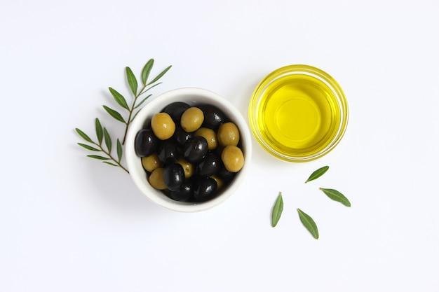 Olivenöl in einer flasche auf einem weißen hintergrund draufsicht