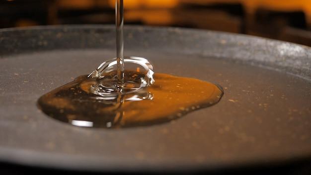 Olivenöl in einer pfanne