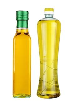 Olivenöl in flaschen isoliert auf weiß